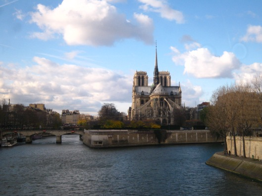 Notre Dame και στο βάθος ο Πύργος του Eiffel