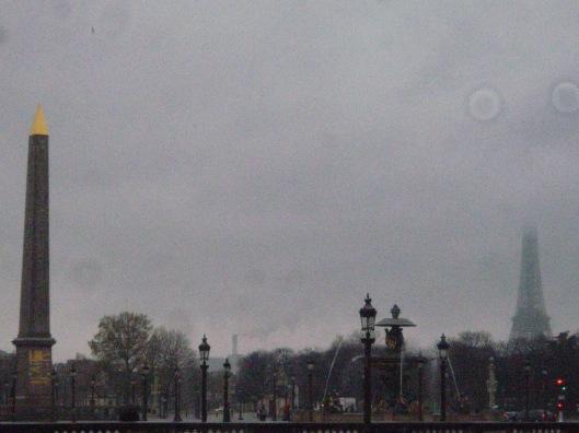Place de la Concorde (στο βάθος, ο Πύργος του Eiffel μ�σα στα σύννεφα)