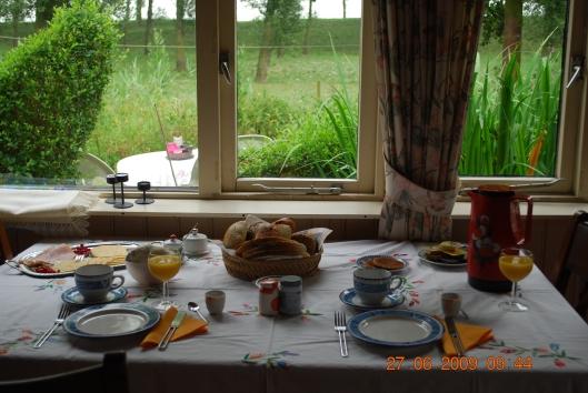 Πρωινο και θεα στον κηπο