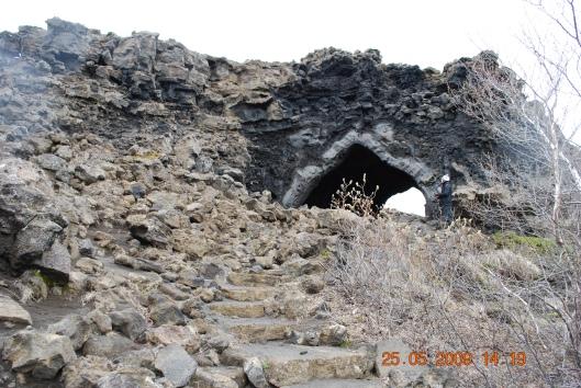 """Η """"γοτθική εκκλησία"""": ένας από τους πολλούς σχηματισμούς που φιλοτεχνησε η λάβα στο Dimmubogir - Myvatn"""