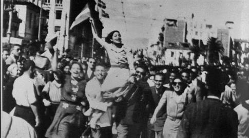 Αθήνα, Οκτώβρης του '44 - Οι Αθηναίοι πανηγυρίζουν την απελευθέρωση